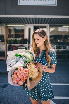 Gal Meets Glam San Francisco Flower Mart wearing State Dress - love the color & print of the dress! Estilo Glamour, Preppy Style, My Style, Healthy Lifestyle Motivation, Gal Meets Glam, Flower Market, Healthy Women, Young Models, Clothes