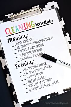 Printable Cleaning Schedule - simple way to keep on top of daily chores. Use a dry erase marker to check each item off each day. Daily Cleaning, Cleaning Day, Cleaning Recipes, Diy Cleaning Products, Spring Cleaning, Cleaning Hacks, Deep Cleaning, Daily Printable, Cleaning Schedule Printable