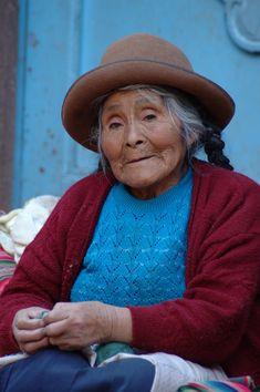 Oude vrouw op de markt van Pisac (gemaakt in Cusco)