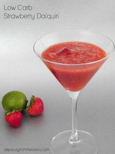 This delicious low carb strawberry daiquiri is a wonderfully refreshing and fruity cocktail. Sugar free and keto friendly! Beste Cocktails, Low Carb Cocktails, Fruity Cocktails, Cocktail Recipes, Drink Recipes, Cocktail Drinks, Smoothie Recipes, Daiquiri, Keto Drink