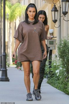 Kim Kardashian shows toned legs as she supports Kylie Jenner's baby daddy wearing Travis Scott shirt Looks Kim Kardashian, Estilo Kardashian, Kardashian Style, Kim Kardashian Yeezy, Kim Kardashian Blazer, Kardashian Fashion, Chill Outfits, Trendy Outfits, Summer Outfits