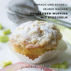 Ganz einfaches Rezept, super schnell und sehr lecker zum selber backen: Rhabarber-Muffins mit Streuseln... der perfekte Genuss im Frühling als Nachtisch oder Zwischendurch und nicht so mächtig wie ein ganzer Rhabarber Streuselkuchen - rhubarb streusel muffins #rhabarber #einfach #streuselkuchen #muffins