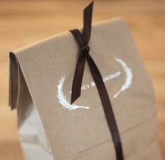 i love the simplicity of these favor bags