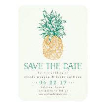 """熱帯、海岸に位置する、ハワイアンまたは行先の結婚式の計画か。 私達の熱帯上品の保存のあなたの日付を下""""保存日付""""およびあなたの結婚式の詳細のエメラルドグリーンそして金黄色のヴィンテージのスタイルのパイナップル絵を、特色にする日付カード発表して下さい。 カスタムな文字のテンプレートはあなたの名前に日付を、位置結婚し、ウェブサイトを結婚する宇宙を提供します。 カードの背部に婚約の写真をお好みであれば加えて下さい。"""