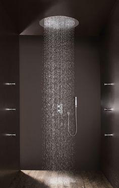 Opvallend is ook de houten vloer in de douche! Iets dat je niet vaak tegenkomt, maar goed mogelijk is. Bossini