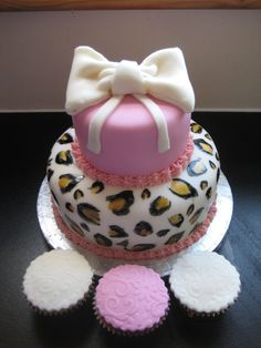 @KatieSheaDesign ♡♡ #KDC #Fav #Cake ♡♡   Leopard print cake with sugar bow and embossed cupcakes