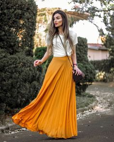 Dicas de moda de looks com saia longa. Yellow Skirt Outfits, Yellow Maxi Skirts, Skirt Outfits Modest, Pleated Skirt Outfit, Orange Skirt, Pencil Skirt Outfits, Modest Skirts, Dress Skirt, Long Skirts