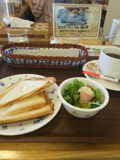 今日のお昼ごはんはホットサンドピザ風と黒豆コーヒーいただいています。