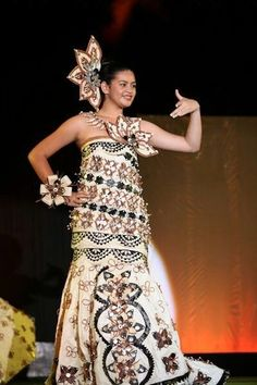 Tongan men and women wear toga-come-sarong style dresses in traditional print - called tapa cloth. Island Wedding Dresses, Polynesian Dance, Tapas, Costumes Around The World, International Clothing, Dress Picture, Folk Costume, Traditional Dresses, Designer Dresses