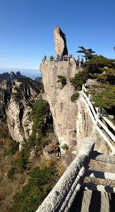 Huangshan 黄山 - Flying-over rock 飞来石 by Kwong Yee Cheng, via Flickr Chinese Mountains, Suzhou, Hangzhou, China Travel, Geology, Mount Rushmore, Beautiful Places, To Go, Hiking