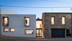 Situado en el norte-centro de Portugal, la casa estaba destinada a combinar el estilo de vida rural y el urbano. El lote está rodeado de diferentes tipos de construcciones, consecuencia de los asentamientos informales, característicos de la mayoría de los barrios de ciudades portuguesas.