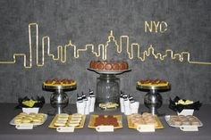 sweet table buffet desserts idée déco new york jaune yellow gris grey cheesecake donuts cupcakes macarons entremet chocolat