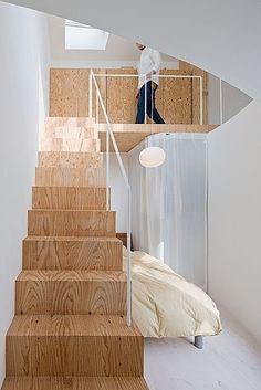 Slimme indeling bijvoorbeeld voor maisonette met extra bed onder trap en bergruimte achter gordijn.