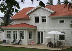 Grågrön färg Nordic Home, Scandinavian Home, Home Focus, Charming House, Red Roof, Swedish House, Exterior House Colors, House Extensions, Paint Colors For Home