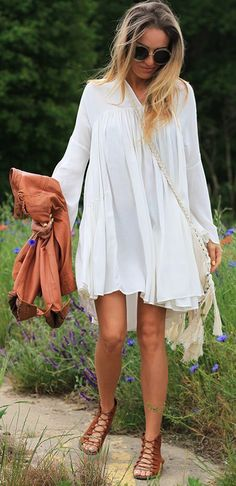 50 + Adorable Boho Outfit Ideas & Dresses as featured on Pasaboho ⭐ Shop The Latest Outfit Ideas and Inspiration. Boho hippie gypsy style clothing and. Look Hippie Chic, Hippie Style, Boho Chic, Hippie Gypsy, Gypsy Style, Bohemian Style, Look Fashion, Womens Fashion, Fashion Trends