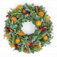 How to make a traditional Christmas wreath Christmas Flowers, Gold Christmas, Christmas Baubles, Christmas Goodies, Rustic Christmas, Handmade Christmas, Christmas Crafts, Christmas Ideas, Christmas Centerpieces