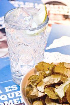 Gin tonic de Martin Miller's, acompañado de crocantes de manzana