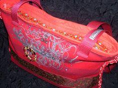 Upcycling-Tasche mit vielen Details, zu finden bei http://www.upcycling-markt.de/products_kleiner_shopper_mit_lurex-3350.html