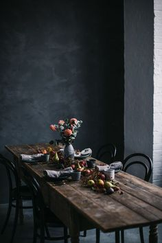 These rustic dining room concepts will show you how to grasp the country trendy check out home. All these rustic dining-room are magnificent and also feature an abundance of classic furnishings as well as weathered timber. Dining Room Table Decor, Dining Room Walls, Decoration Table, Dining Room Design, Kitchen Decor, Room Decor, Wall Decor, Wabi Sabi, Dark Interiors