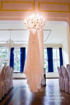 amazing picture of a hanging wedding dress on a beautiful chandelier by © Radmila Kerl wedding photography munich ein wunderschönes Bild von einem am Kronleuchter hängenden Brautkleid