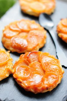 Turnip tart tatin with goat cheese and honey No Salt Recipes, Veggie Recipes, Vegetarian Recipes, Healthy Recipes, Healthy Food, Puff And Pie, Salty Foods, Weird Food, Food Gifts