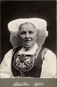 Kone fra Hardanger (National Library of Norway) Folk Costume, Costumes, Aboriginal People, Going Out Of Business, Bridal Crown, Headgear, Traditional Dresses, Costume Design, Vintage Photos