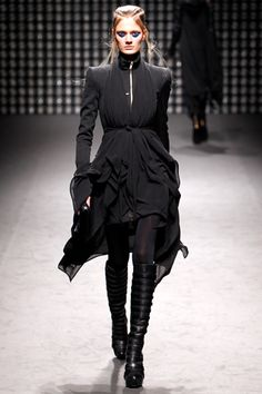 Gareth Pugh Fall 2011 Ready-to-Wear Collection Photos - Vogue Gareth Pugh, Style Couture, Couture Fashion, Runway Fashion, Womens Fashion, Fashion Week, Fashion Show, Fashion Outfits, Fashion Design