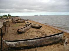 Malawi 01 Parque Nacional del Lago Malawi  Situado en un paisaje con trasfondo de montañas, este parque abarca el extremo sur del vasto lago Malawi, que alberga en sus aguas claras y profundas centenares de especies de peces, casi todas endémicas, cuyo interés para la teoría de la evolución es comparable al de los pinzones de las Islas Galápagos.