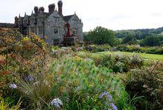 Des fenêtres du manoir, on s'attend à voir passer une héroïne de Jane Austen ou des soeurs Brontë se promenant jusqu'au lac, passant sous les chênes et tilleuls centenaires, panier et sécateurs sous le bras, cueillant dans le sous-bois des brassées de fleurs ou jouant sur les grandes pelouses.