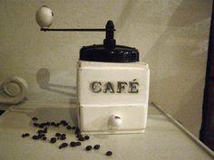 """moulin à café ancien relooké. Il à été peint avec une peinture a la craie, Shalky finish, puis ciré à la cire d'abeille. il à été patiné par usure pour lui donné un petit air Shabby. L'inscription """" café"""" à été appliquée avec la technique du transfert d'image."""
