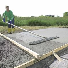 Form and Pour a Concrete Slab A pro shows you how to build strong concrete forms, place a solid slab and trowel a smooth finish Concrete Patios, Concrete Pad, Concrete Walkway, Concrete Bricks, Concrete Forms, Poured Concrete, Concrete Projects, Outdoor Projects, Mix Concrete