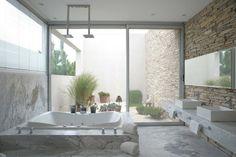 casa Agua.  baño principal, con pisos y revestimientos en marmol de Carrara. La mesada, tambien de Carrara, contrasta con el muro de laja neuquen.