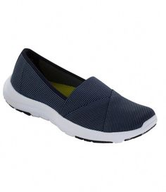 High-waist denim, a floppy hat, an endless cardigan and slip-on sport shoes get the ideal attractive and casual outfit. Black Slip On Sneakers Outfit, Slip On Shoes, Flat Shoes, White Slip On Vans, Vans Outfit, Woman Back, Casual Skirt Outfits, Vegan Shoes, Ladies Dress Design