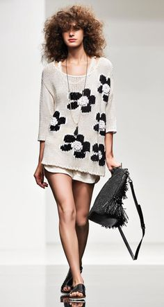 СТИЛЬНОЕ ВЯЗАНИЕ: Simona Barbieri - Lilly is Love Knitwear Fashion, Knit Fashion, Fashion Outfits, Pullover Design, Sweater Design, Summer Knitting, Black And White Tops, Embroidery Fashion, Cool Sweaters