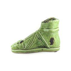Pé Romano Largura x Altura x Profundidade: 22,5 x 14 x 10 cm Peso: 800 g Material: cerâmica Acabamento: verde Origem: Ásia