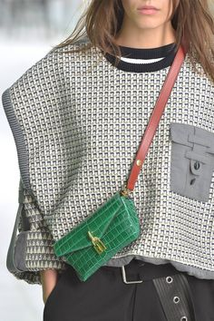 Spring Fashion Trends, Summer Trends, Summer Accessories, Sweater Hoodie, Fashion Details, Fashion Forward, Fall Outfits, Vuitton Bag, Louis Vuitton
