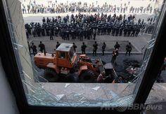 ウクライナ大統領代行、庁舎占拠の分離派は「テロリスト」 国際ニュース:AFPBB News   ウクライナ東部ハリコフ(Kharkiv)の行政庁舎前でにらみ合うウクライナの警官隊と親ロシア派のデモ隊(2014年4月8日撮影)。(c)AFP/ANATOLIY STEPANOV