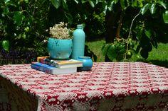 Toalha de Mesa Soberana  Uma peça de estampa forte sobreposta a um belo fundo em cor vinho, fazem desta toalha um vibrante e personalíssimo conjunto para destacar sua mesa e acessórios.