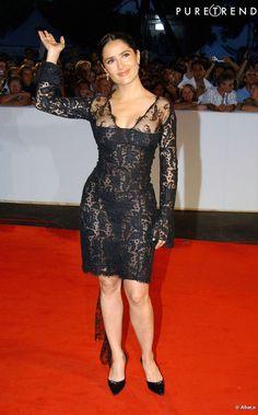 Le flop robe en dentelle : trop transparente et trop moulante, Salma Hayek est un peu vulgaire. Ses jambes sont épaissies.