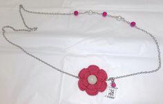 collar asimetrico de perlas y flor a crochet
