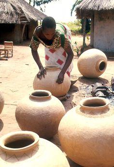 Lulua woman burnishing pottery before firing, Bakwa Balaie village, near Kananga, DR Congo   ©Eliot Elisofon. 1970