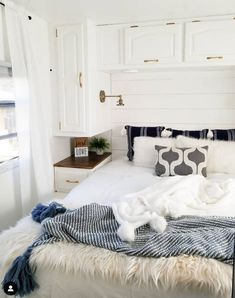 20 Inspiring RV makeovers and renovations, and a peek at our RV camper trailer before we renovate! Travel Trailer Remodel, Travel Trailer Interior, Rv Homes, Trailer Decor, Rv Interior, Motorhome Interior, Camper Makeover, Camper Trailers, Travel Trailers