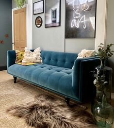 Check out Best 16 Velvet Sofa Design Ideas Popular in Here at The Architecture Designs, browse all Sofa Design to make the Living Room look great. Blue Velvet Couch, Velvet Corner Sofa, Sofa Design, Upholstered Dining Bench, Big Sofas, Sofa Styling, Living Room Sofa, Bedroom Sofa, Living Room Inspiration