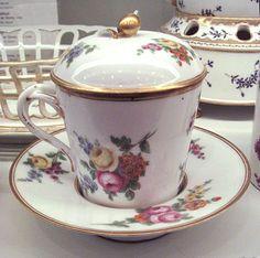 Glignancourt hard paste porcelain cup Manufacture de Monsieur 1775.jpg