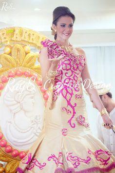 Gala tipica de Calle Arriba De Pedasi donde la reina entrante luce un espectacular #vestidoestilizado  RaySCreativeDG