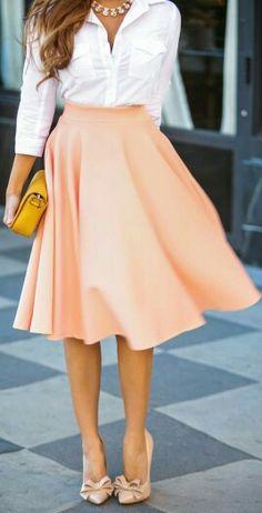 Falda entallada a la cintura, un clásico que siempre vuelve.