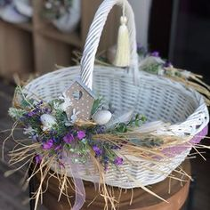 Attractive Easter Wreaths that looks Fancy & Captivating - Ethinify Easter Table Decorations, Basket Decoration, Flower Decorations, Easter Projects, Easter Crafts, Easter Flowers, Flower Girl Basket, Easter Celebration, Easter Holidays