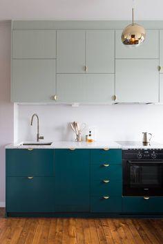 cuisine scandinave moderne placards de cuisine en vert canard et vert claor suspension boule laiton parquet en bois