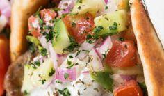Recipe for Greek Salad Gyros - Food: Veggie tables Healthy Eating Tips, Healthy Nutrition, Greek Gyros, Gyro Recipe, Greek Salad Recipes, Vegetable Drinks, Grilled Meat, Salad Plates, Food Plating