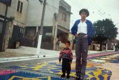 Leandro de Jesus e sua tia Lúcia (1998) Diante dos tapetes de serragem dos festejos de julho da Vila Santa Isabel